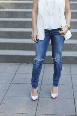 Come indossare e abbinare: blazer senza maniche bianco, top senza maniche bianco, jeans aderenti strappati blu, décolleté in pelle rosa