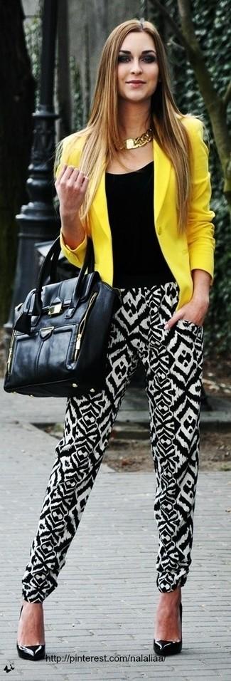 Prova ad abbinare un blazer giallo con pantaloni stile pigiama stampati neri e bianchi per un look raffinato ma semplice. Rifinisci il completo con un paio di décolleté in pelle neri.