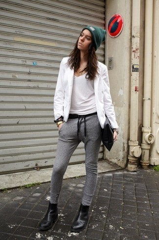Opta per il comfort in un blazer bianco e pantaloni sportivi grigi. Perfeziona questo look con stivali chelsea in pelle neri.