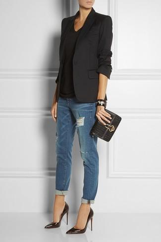 Opta per un blazer nero e boyfriend jeans strappati blu scuro per un look semplice, da indossare ogni giorno. Prova con un paio di décolleté in pelle neri per dare un tocco classico al completo.