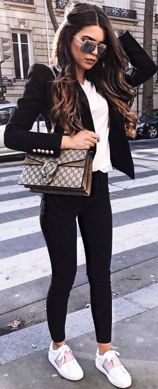 Come indossare: blazer nero, t-shirt con scollo a v bianca, jeans aderenti neri, sneakers basse in pelle bianche