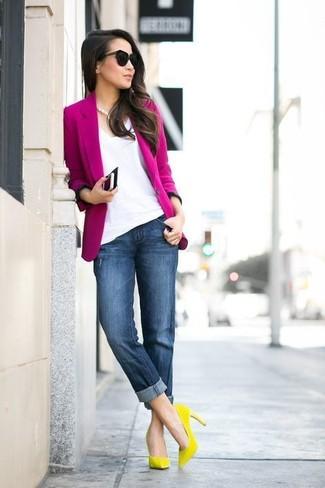 Come indossare e abbinare: blazer fucsia, t-shirt con scollo a v bianca, jeans boyfriend blu scuro, décolleté in pelle scamosciata gialli