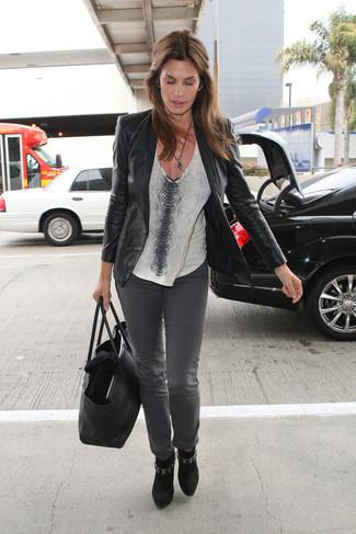 Come indossare: blazer in pelle nero, t-shirt con scollo a v con stampa serpente grigia, jeans grigi, stivaletti in pelle scamosciata neri