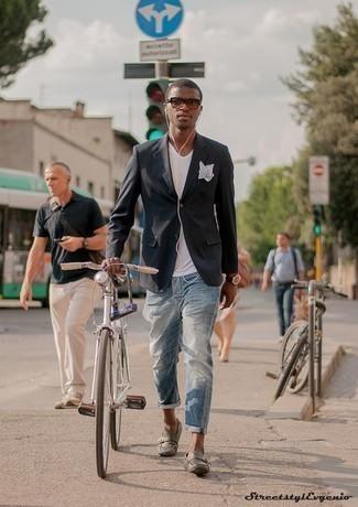 Come indossare e abbinare una t-shirt con scollo a v bianca: Indossa una t-shirt con scollo a v bianca con jeans strappati azzurri per un'atmosfera casual-cool. Indossa un paio di mocassini driving in pelle grigi per mettere in mostra il tuo gusto per le scarpe di alta moda.