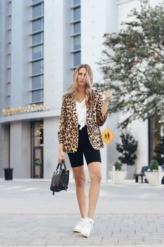 Come indossare: blazer leopardato marrone chiaro, t-shirt con scollo a v bianca, pantaloncini ciclisti neri, scarpe sportive bianche