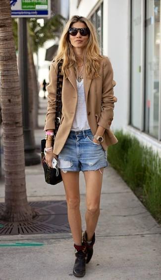 Come indossare: blazer di lana marrone chiaro, t-shirt con scollo a v bianca, pantaloncini di jeans azzurri, stivaletti in pelle neri