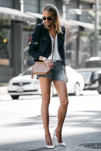Come indossare: blazer nero, t-shirt con scollo a v bianca, pantaloncini di jeans blu, décolleté in pelle bianchi
