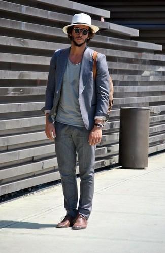 Come indossare e abbinare: blazer di cotone blu, t-shirt con scollo a v azzurra, pantaloni eleganti di lino grigi, scarpe oxford in pelle marroni