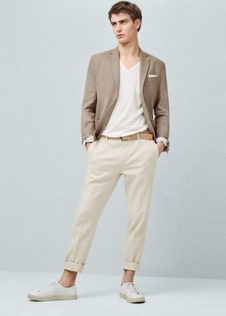 Trend da uomo 2020: Potresti abbinare un blazer marrone chiaro con pantaloni eleganti beige per un look elegante e alla moda. Se non vuoi essere troppo formale, opta per un paio di sneakers basse di tela bianche.