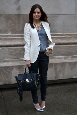 Come indossare e abbinare: blazer bianco, t-shirt con scollo a v grigia, pantaloni skinny neri, décolleté in pelle argento