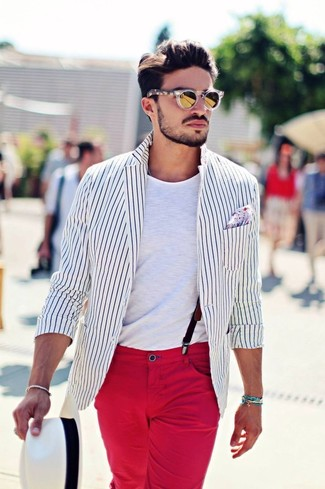 Come indossare: blazer a righe verticali bianco e nero, t-shirt girocollo bianca, chino rossi, borsalino di paglia bianco