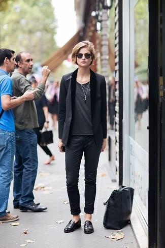 Come indossare: blazer nero, t-shirt girocollo grigio scuro, chino neri, mocassini eleganti in pelle bordeaux
