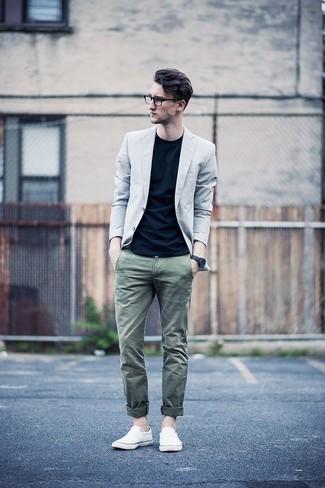 Come indossare e abbinare sneakers senza lacci di tela bianche: Combina un blazer grigio con chino verde oliva per un look davvero alla moda. Non vuoi calcare troppo la mano con le scarpe? Indossa un paio di sneakers senza lacci di tela bianche per la giornata.