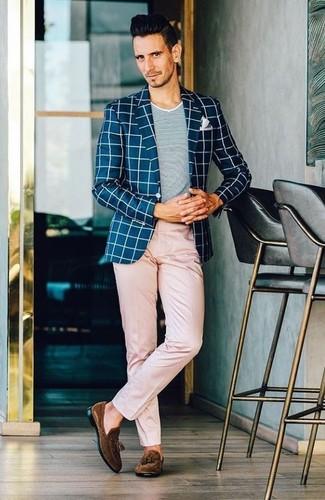 Come indossare e abbinare: blazer a quadri blu scuro e bianco, t-shirt girocollo grigia, chino rosa, mocassini con nappine in pelle scamosciata marrone scuro
