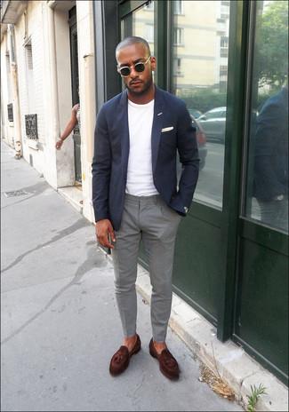Come indossare e abbinare: blazer blu scuro, t-shirt girocollo bianca, chino grigi, mocassini con nappine in pelle marrone scuro