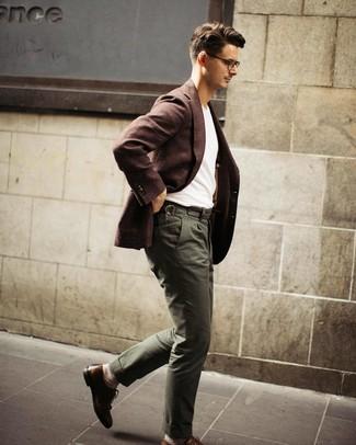 Come indossare e abbinare: blazer di lana marrone scuro, t-shirt girocollo bianca, chino verde oliva, scarpe brogue in pelle marroni