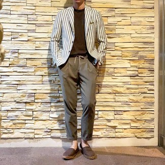 Come indossare e abbinare: blazer a righe verticali bianco, t-shirt girocollo marrone scuro, chino marroni, espadrillas di tela marroni