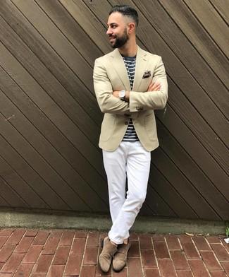 Come indossare e abbinare: blazer beige, t-shirt girocollo a righe orizzontali blu scuro e bianca, chino bianchi, scarpe double monk in pelle scamosciata marroni