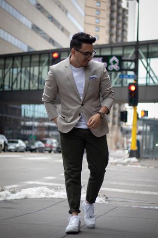 Trend da uomo: Prova a combinare un blazer grigio con chino verde scuro per un abbigliamento elegante ma casual. Se non vuoi essere troppo formale, scegli un paio di sneakers basse in pelle bianche come calzature.