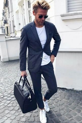 Come indossare e abbinare un borsone in pelle nero in estate