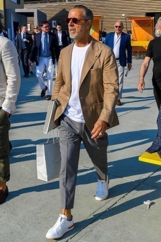 Moda uomo anni 60: Prova ad abbinare un blazer marrone chiaro con chino grigi se preferisci uno stile ordinato e alla moda. Calza un paio di sneakers basse bianche per un tocco più rilassato.