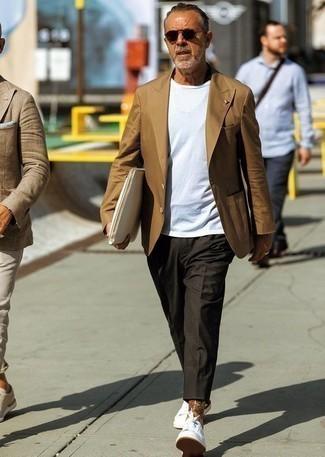 Trend da uomo 2020 in estate 2020: Prova ad abbinare un blazer marrone con chino grigio scuro per un abbigliamento elegante ma casual. Per un look più rilassato, scegli un paio di sneakers basse bianche. Una buona scelta per un outfit estivo!