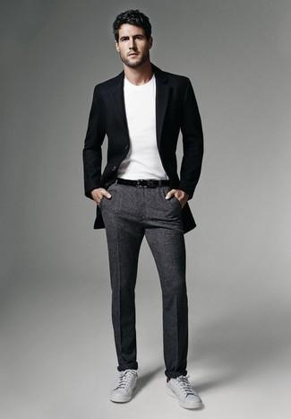 Come indossare e abbinare chino di lana grigio scuro: Combina un blazer nero con chino di lana grigio scuro per un look elegante ma non troppo appariscente. Prova con un paio di sneakers basse in pelle grigie per un tocco più rilassato.