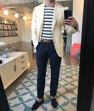 Look alla moda per uomo: Blazer beige, T-shirt girocollo a righe orizzontali bianca e blu scuro, Chino blu scuro, Mocassini con nappine in pelle scamosciata blu scuro