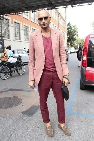 Trend da uomo 2020: Abbina un blazer rosa con chino bordeaux per essere elegante ma non troppo formale. Per le calzature, scegli lo stile classico con un paio di mocassini eleganti in pelle scamosciata marrone chiaro.
