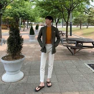 Look alla moda per uomo: Blazer verde scuro, T-shirt girocollo terracotta, Chino bianchi, Infradito marroni