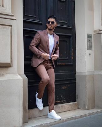 Come indossare e abbinare chino marroni: Indossa un blazer a righe verticali marrone e chino marroni per un drink dopo il lavoro. Per distinguerti dagli altri, indossa un paio di sneakers basse di tela bianche.