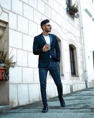 Trend da uomo 2020: Scegli un blazer blu scuro e chino blu scuro se cerchi uno stile ordinato e alla moda. Scarpe derby in pelle nere impreziosiranno all'istante anche il look più trasandato.