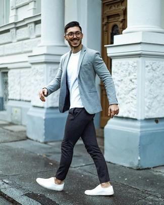 Trend da uomo 2020: Metti un blazer grigio e chino grigio scuro per un look da sfoggiare sul lavoro. Per distinguerti dagli altri, calza un paio di sneakers basse di tela bianche.