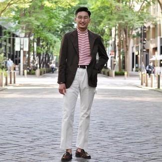Moda uomo anni 30: Indossa un blazer marrone scuro e chino bianchi, perfetto per il lavoro.