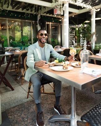 Come indossare e abbinare chino grigi: Prova ad abbinare un blazer di lino verde menta con chino grigi se preferisci uno stile ordinato e alla moda. Vuoi osare? Completa il tuo look con un paio di sneakers basse in pelle marrone scuro.