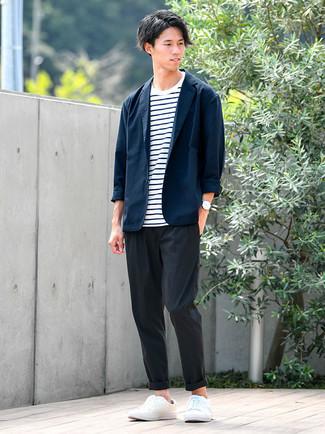 Trend da uomo 2021: Indossa un blazer blu scuro con chino neri per un look da sfoggiare sul lavoro. Per un look più rilassato, prova con un paio di sneakers basse in pelle bianche.