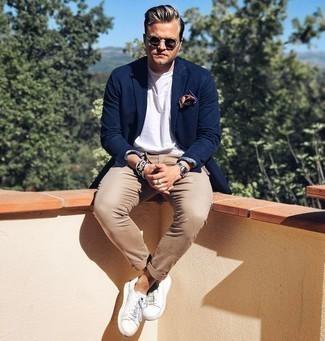 Come indossare e abbinare chino marroni: Indossa un blazer blu scuro con chino marroni per essere elegante ma non troppo formale. Per distinguerti dagli altri, opta per un paio di sneakers basse in pelle bianche.
