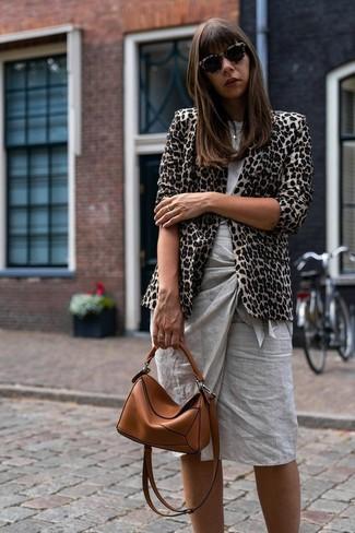 Come indossare e abbinare: blazer leopardato beige, t-shirt girocollo grigia, gonna a tubino grigia, borsa a tracolla in pelle terracotta