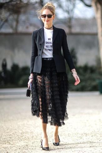 Come indossare: blazer nero, t-shirt girocollo stampata bianca e nera, gonna longuette con frange nera, décolleté in pelle neri