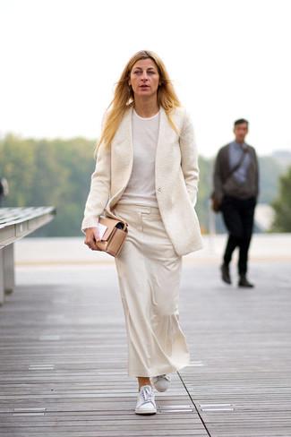 Come indossare: blazer di lana beige, t-shirt girocollo bianca, gonna longuette beige, sneakers basse bianche