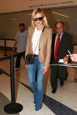 Come indossare e abbinare un blazer marrone chiaro: Opta per un blazer marrone chiaro e jeans a campana blu per un fantastico look da sfoggiare nel weekend. Stivaletti in pelle neri sono una gradevolissima scelta per completare il look.