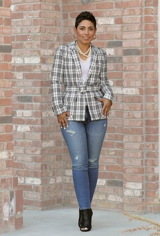 Come indossare e abbinare: blazer scozzese bianco e nero, t-shirt girocollo bianca, jeans aderenti blu, stivaletti in pelle tagliati neri