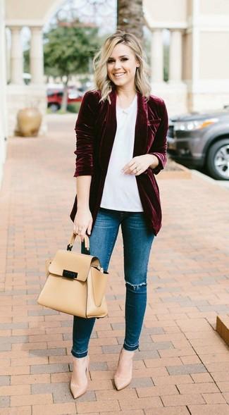 Come indossare: blazer di velluto bordeaux, t-shirt girocollo bianca, jeans aderenti strappati blu, décolleté in pelle marrone chiaro