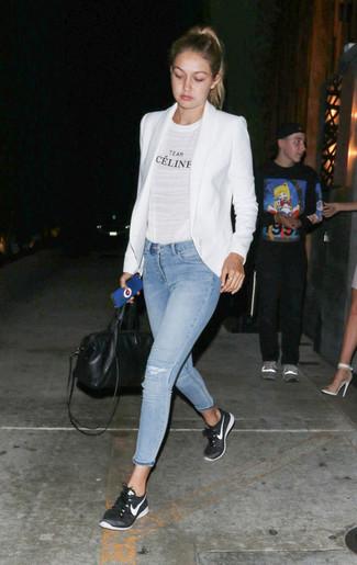 Opta per un blazer bianco e un borsone per un look trendy e alla mano. Scegli un paio di sneakers basse nere come calzature per avere un aspetto più rilassato.