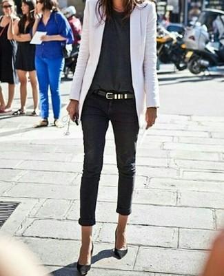 Come indossare: blazer bianco, t-shirt girocollo grigio scuro, jeans aderenti neri, décolleté in pelle scamosciata neri