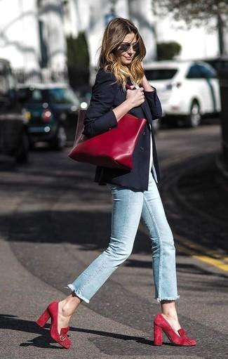 Come indossare: blazer nero, t-shirt girocollo bianca, jeans aderenti azzurri, décolleté in pelle scamosciata rossi