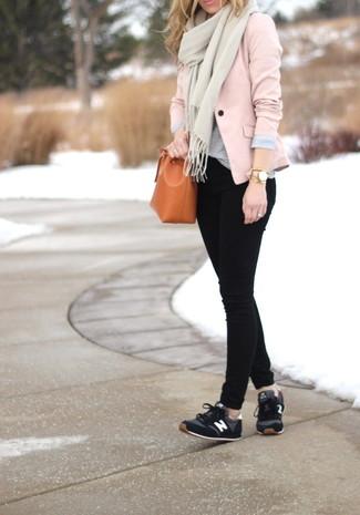 Come indossare: blazer rosa, t-shirt girocollo grigia, jeans aderenti neri, scarpe sportive nere