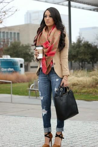 Come indossare: blazer di lana marrone chiaro, t-shirt girocollo bianca, jeans aderenti strappati blu scuro, décolleté in pelle scamosciata marroni