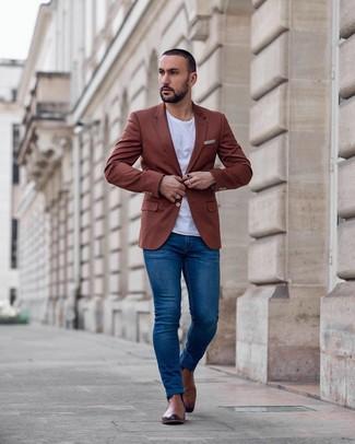 Come indossare e abbinare: blazer terracotta, t-shirt girocollo bianca, jeans aderenti blu, stivali chelsea in pelle marroni