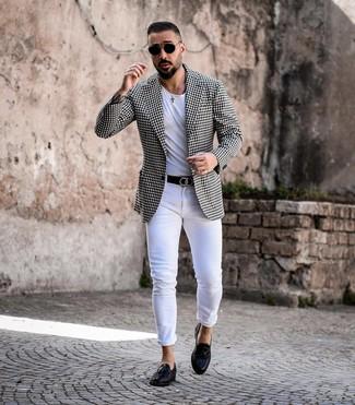 Come indossare e abbinare: blazer a quadretti nero e bianco, t-shirt girocollo bianca, jeans aderenti bianchi, mocassini con nappine in pelle neri